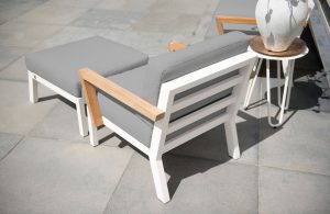 4 Seasons Outdoor Byron loungestoel met teak armleuningen